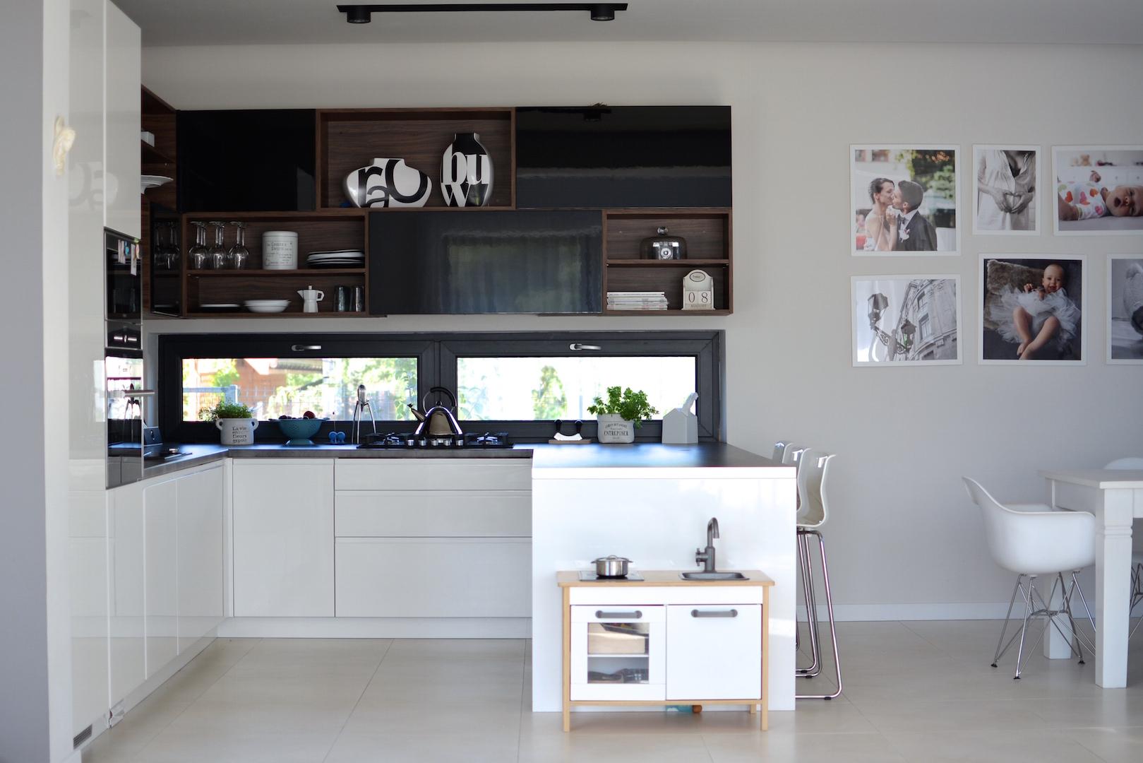 moja kuchnia, styl skandynawski, niskie okno w kuchni, scandi, kitchen, kuchnia biało czarna, kuchnia nowoczesna, otwarte półki