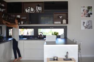 niskie okno w kuchni, moja kuchnia, styl skandynawski, scandi, kitchen, kuchnia biało czarna, kuchnia nowoczesna, otwarte półki