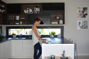 niskie okno w kuchni,, moja kuchnia, styl skandynawski, scandi, kitchen, kuchnia biało czarna, kuchnia nowoczesna, otwarte półki