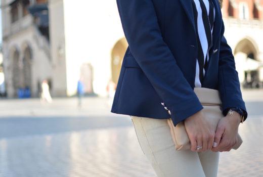 stylizacja-bluzka-w-paski-jeansy-nude 10
