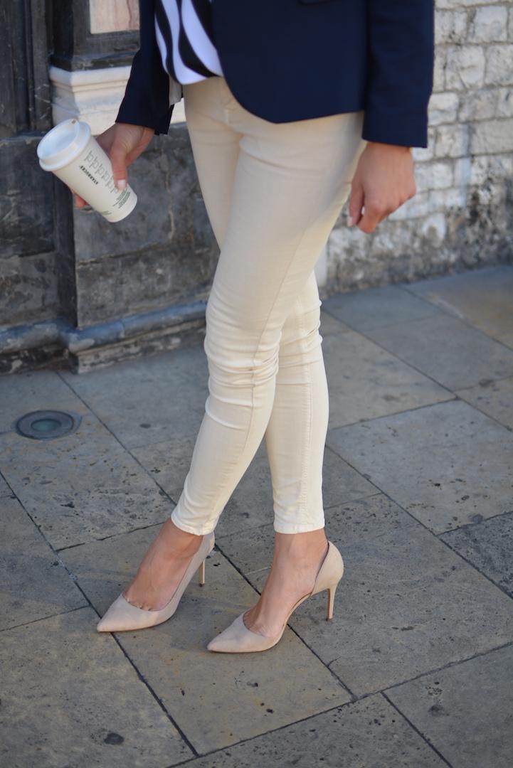 stylizacja-bluzka-w-paski-jeansy-nude 16