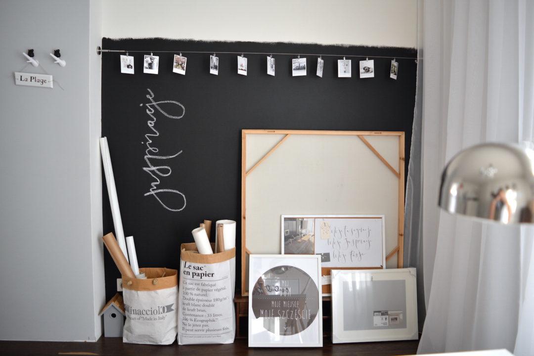 ściana tablicowa, farba tablicowa, pracownia, biurko ikea, biurko na koziołkach, domowa pracownia, ściana inspiracji, zdjęcia polaroid