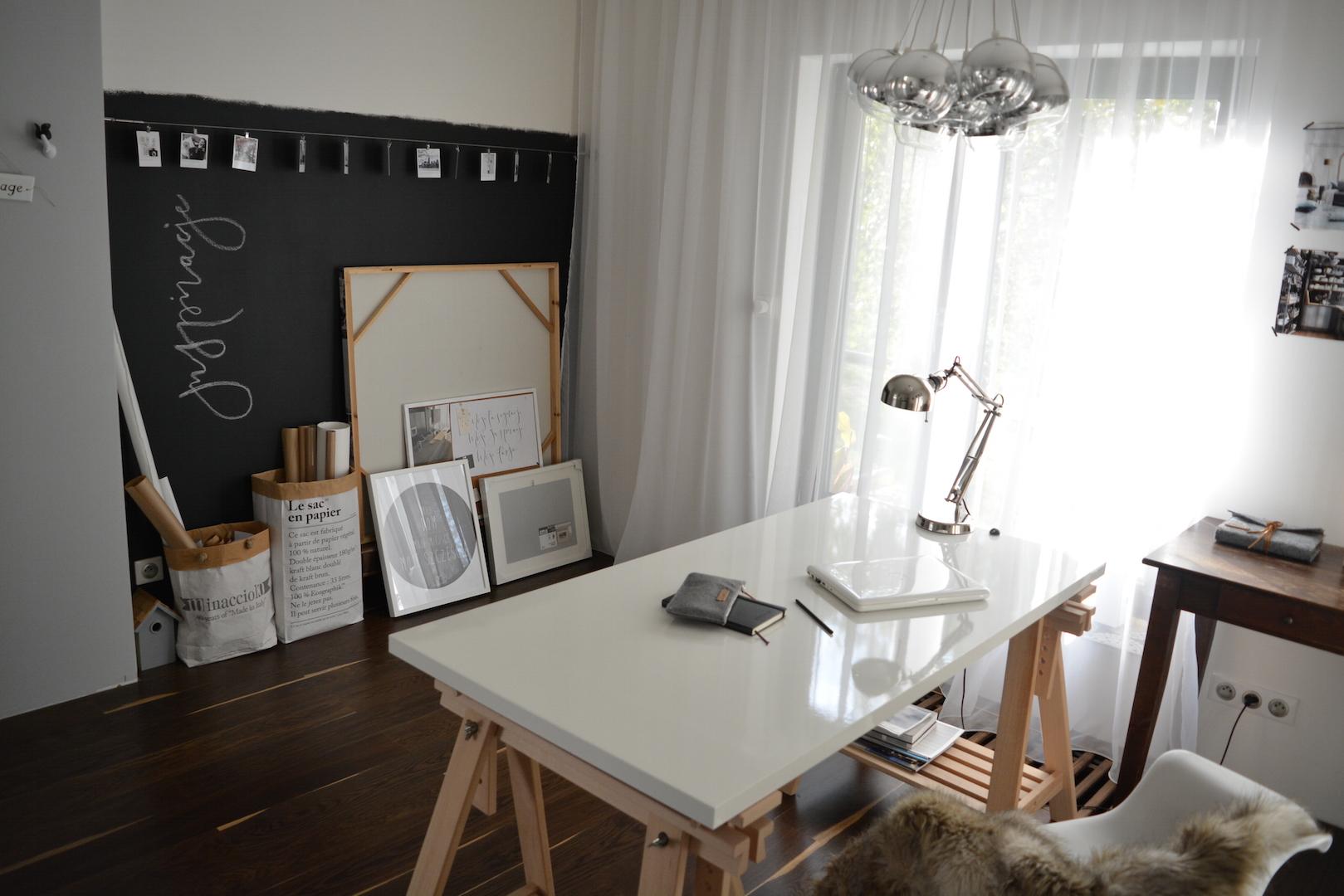ściana tablicowa, farba tablicowa, pracownia, biurko ikea, biurko na koziołkach, domowa pracownia, ściana inspiracji