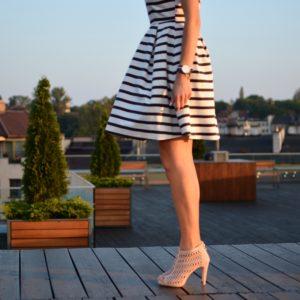stylizacja paski, skórzany pasek, massimo dutti, klasyka, stylizacja klasyczna, nude i paski, styl marynarski, sukienka, szpilki