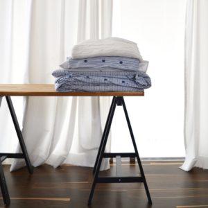 stylizacja paski, pościel w paski, pościel ikea, biurko na kozłach, koziołki, biurko drewniane, miejsce do pracy w sypialni