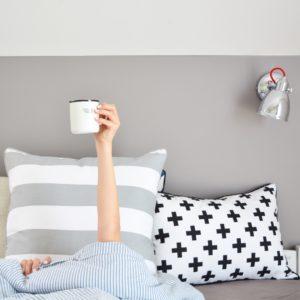 stylizacja paski, poduszka w paski, sypialnia, wnętrze sypialni, pościel w paski, we love beds