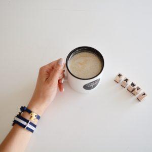 stylizacja paski, skórzany pasek, massimo dutti, klasyka, stylizacja klasyczna, nude i paski, styl marynarski, poranna kawa, zdjęcie z kawą
