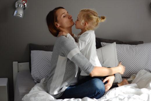 mama i córka w domu, mama córka, zabawa w domu, miłość, macierzyństwo, wspólny czas, razem