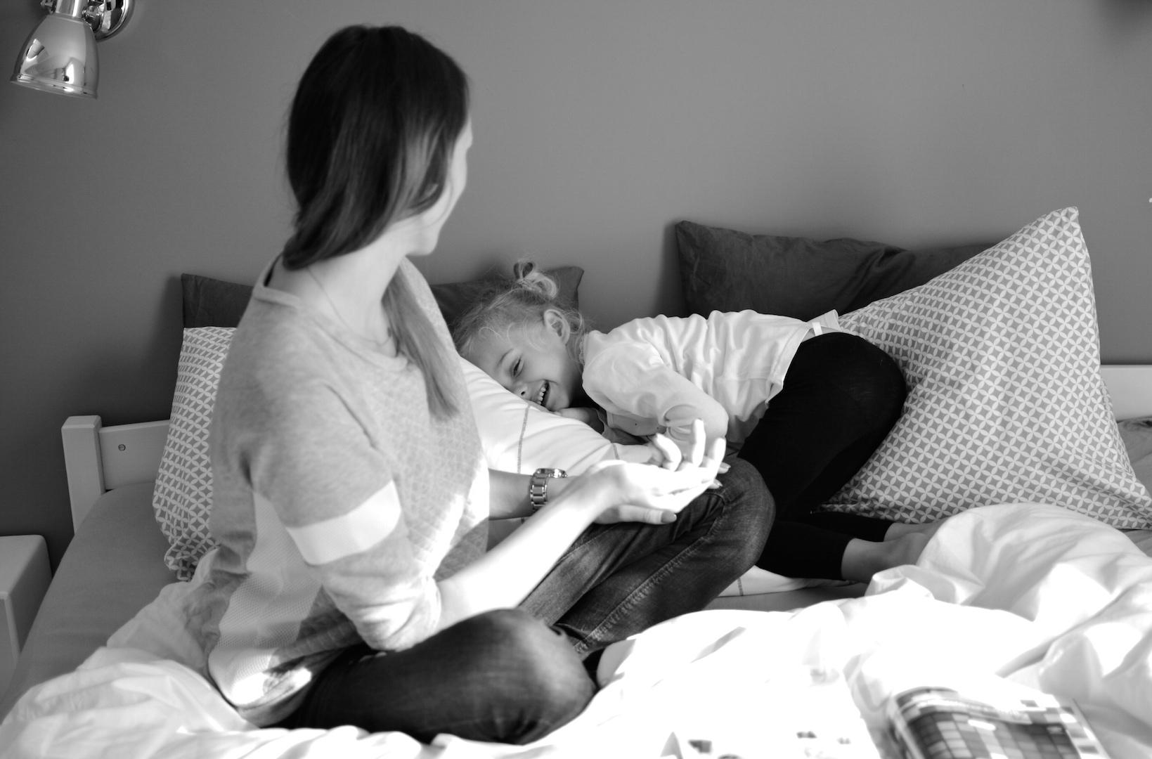 mama córka, mama i córka w domu, zabawa w domu, miłość, macierzyństwo, wspólny czas, razem