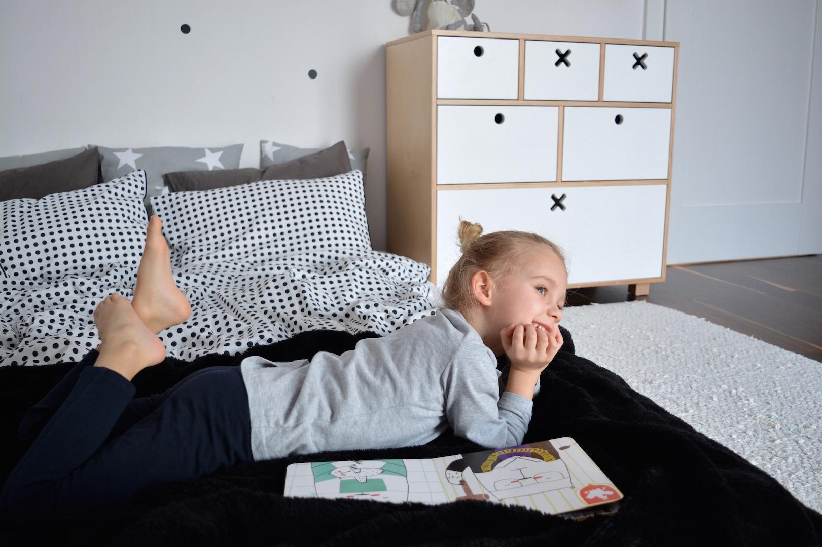 pokój dziewczynki, pokój przedszkolaka, komoda kółko krzyżyk, pokój dziecka, pokój w stylu skandynawskim, ściana tablicowa, meble dla dzieci, meble ze sklejki