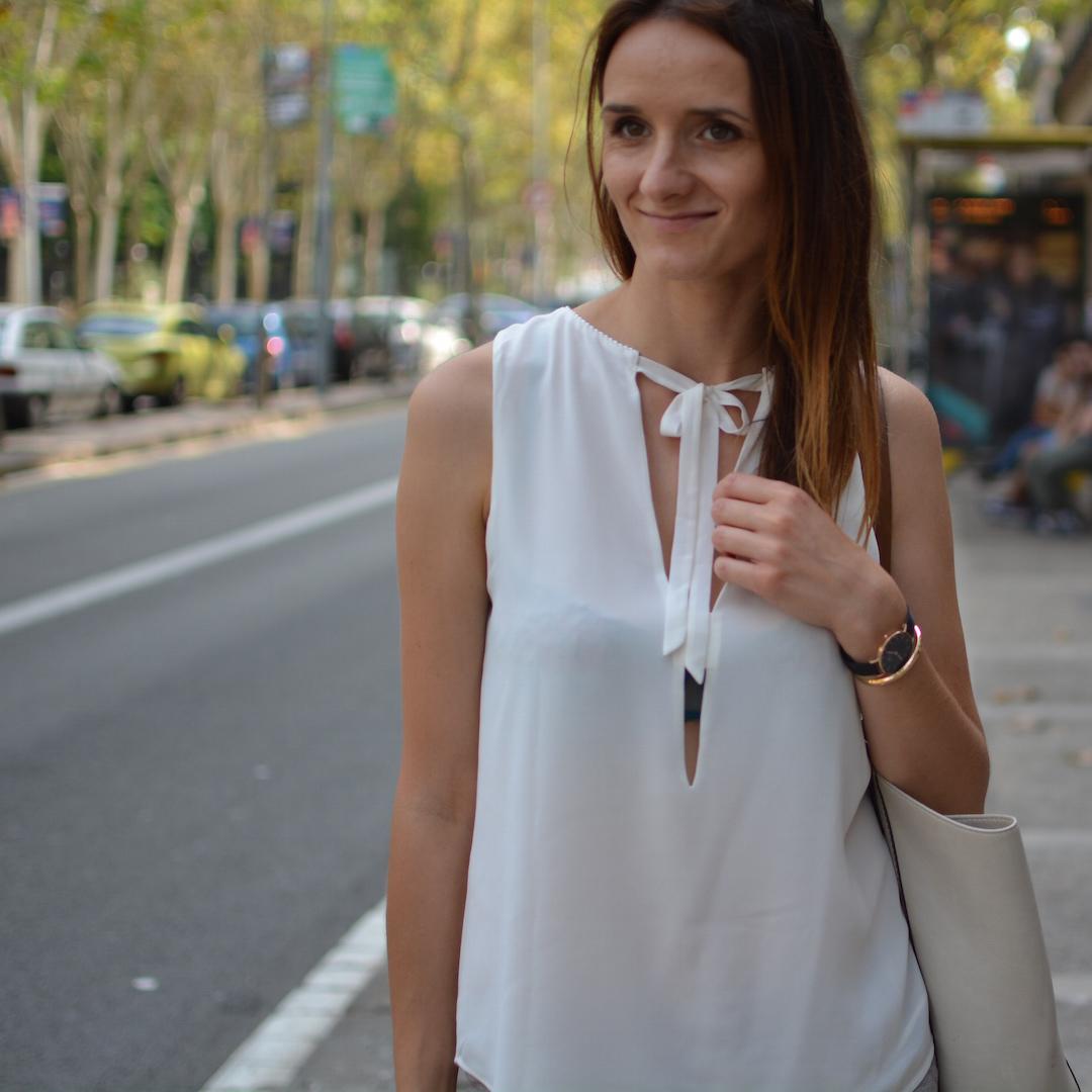 stylówka z Barcelony, stylizacja, stylizacja wakacyjna, summer in the city style, wakacje, paleta nude, szorty nude, koturny nude,