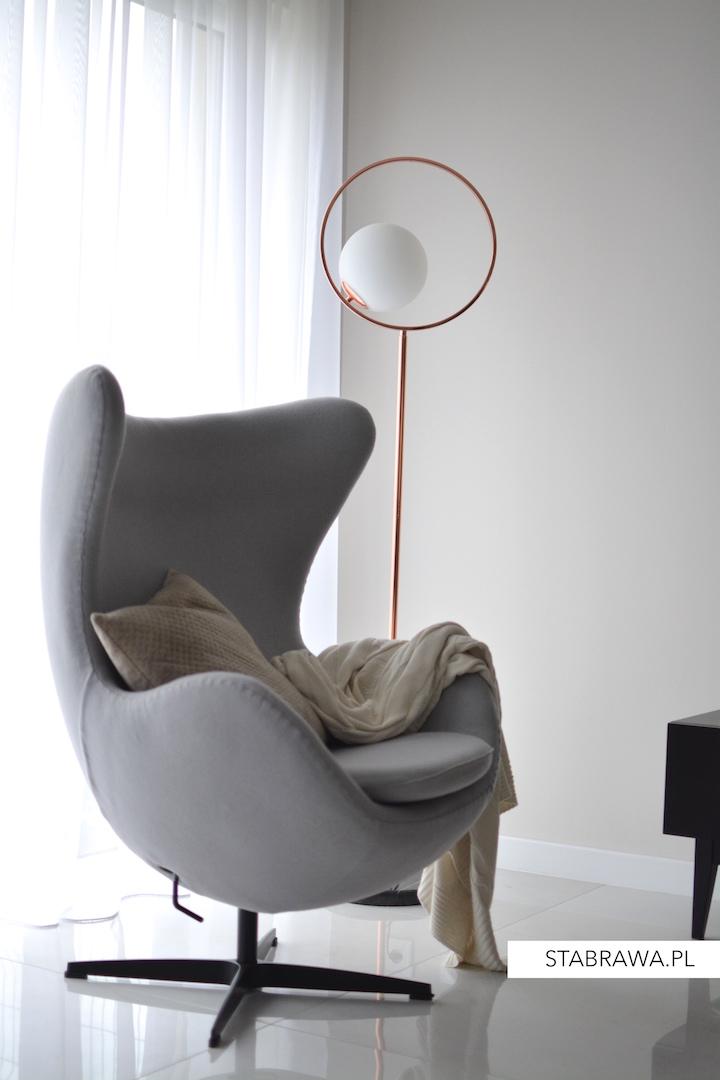 dom w chorzowie realizacja, projekt wnętrza, minimalizm, jadalnia, płytki w salonie, wnętrze minimalistyczne, schody ażurowe